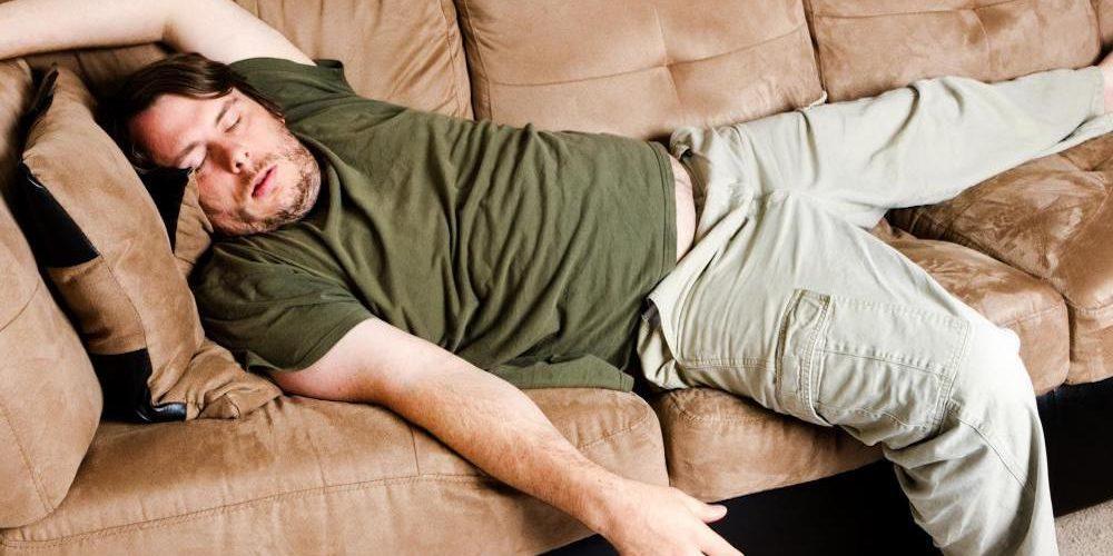 Почему люди не падают с кровати во время сна?