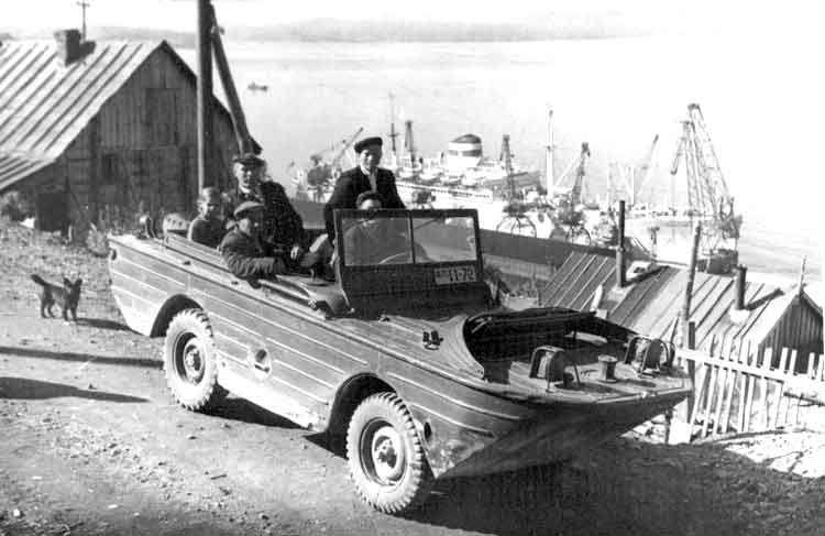 """Улица Чирикова в Петропавловске-Камчатском в 1961 году. У причала внизу стоит """"Советский Союз"""""""