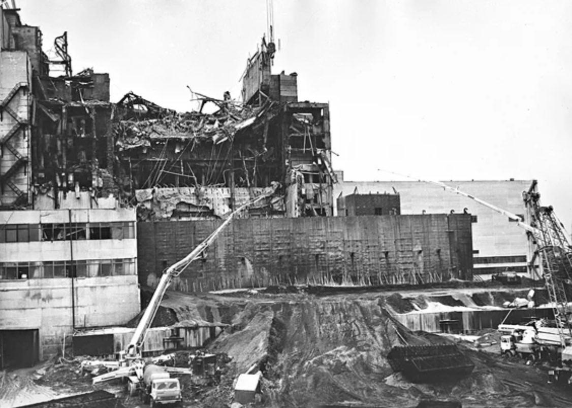 Первое укрытие над Чернобыльской АЭС